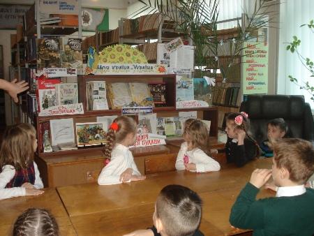 Екскурсія до шкільної бібліотеки 1 – Б клас